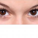眉間に縦ジワができる原因は表情の癖?サージカルテープの貼り方は?