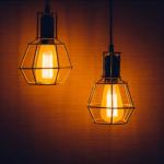 電気が勝手につく3つの原因は?突然ついたり消えたりするのを防ぐ対策